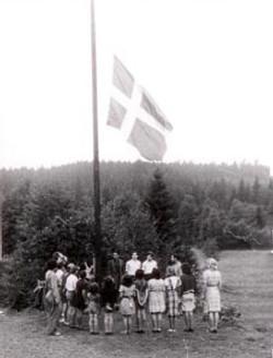Flaghejsning på sommerlejr i Töllsjö