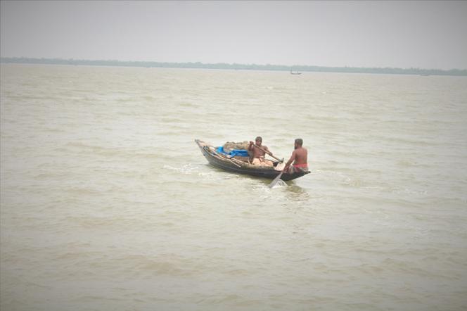 Fishermen on the way of their fishing trip. Gabura, Sathkira, Bangladesh. ©Ruyel, 2019