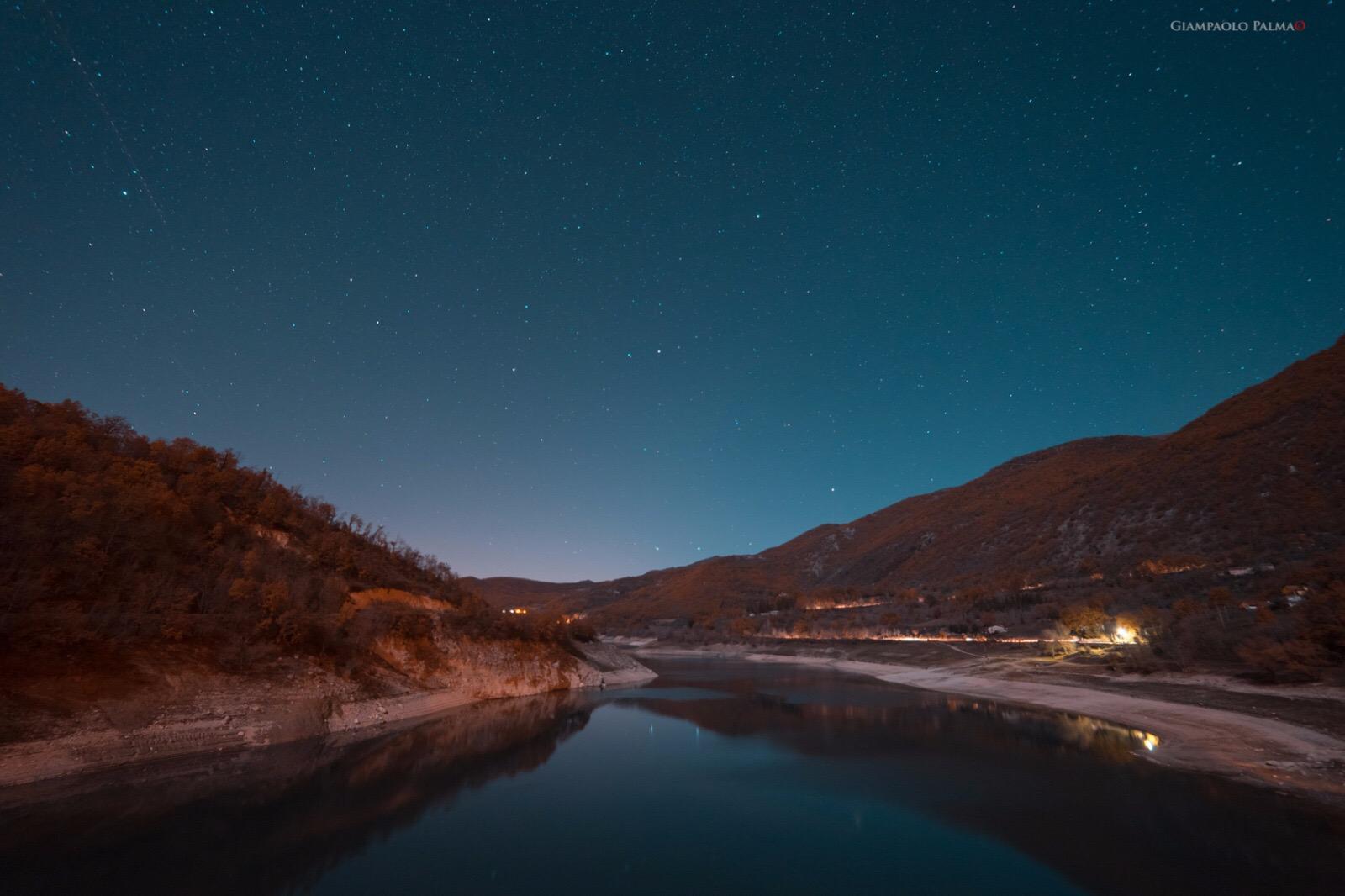 Lago in notturna dal ponte di Ascrea