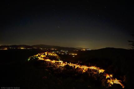 veduta panoramica del borgo in notturna