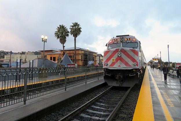 Northbound_train_at_San_Carlos_station,_