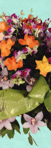 cuscino di orchidee con ciuffo di rose