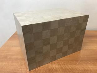 Urna Chessboard Art funeral Italy in frassino olivato tinto bianco con figurazione magliè madreperlato.
