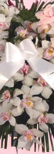 cuore di orchidee bianche e ciuffo di rose rosa