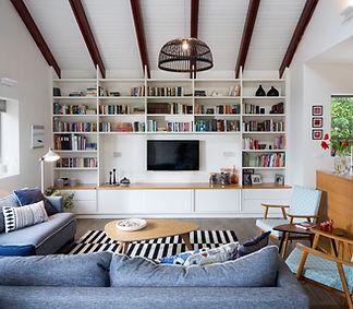 ספריה מעוצבת בסלון