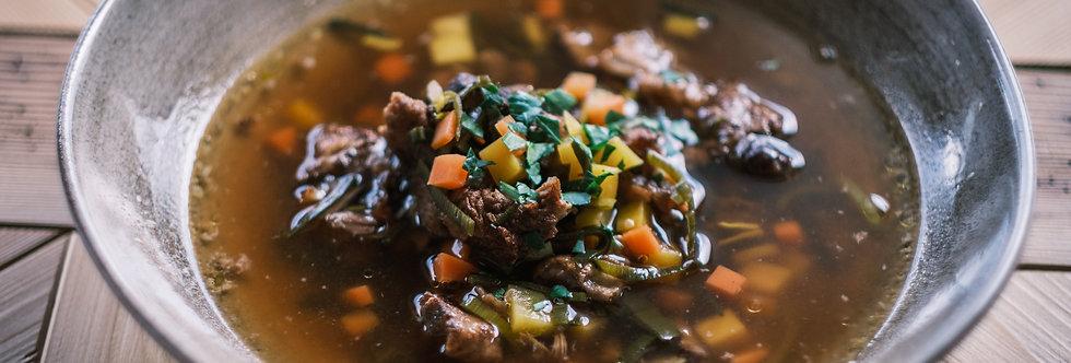 Klare Ochsenschwanzsuppe mit Fleisch- und Gemüseeinlage