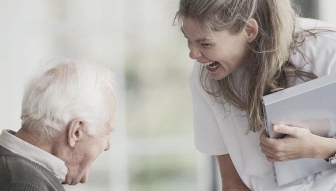 Uomo più anziano con l'infermiera