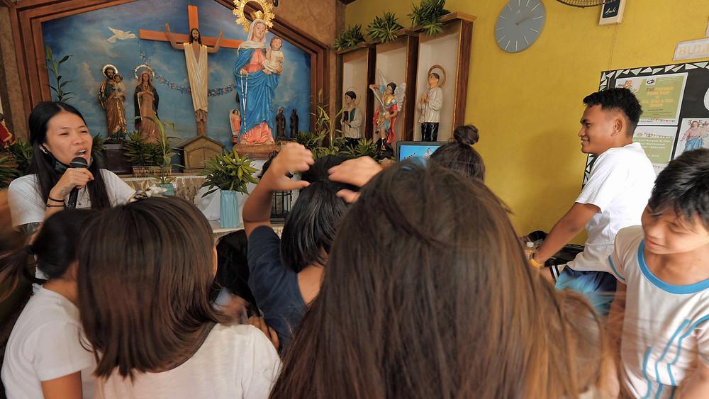Quand le Karaoké s'immerge dans l'église iîle de mactan Philippines