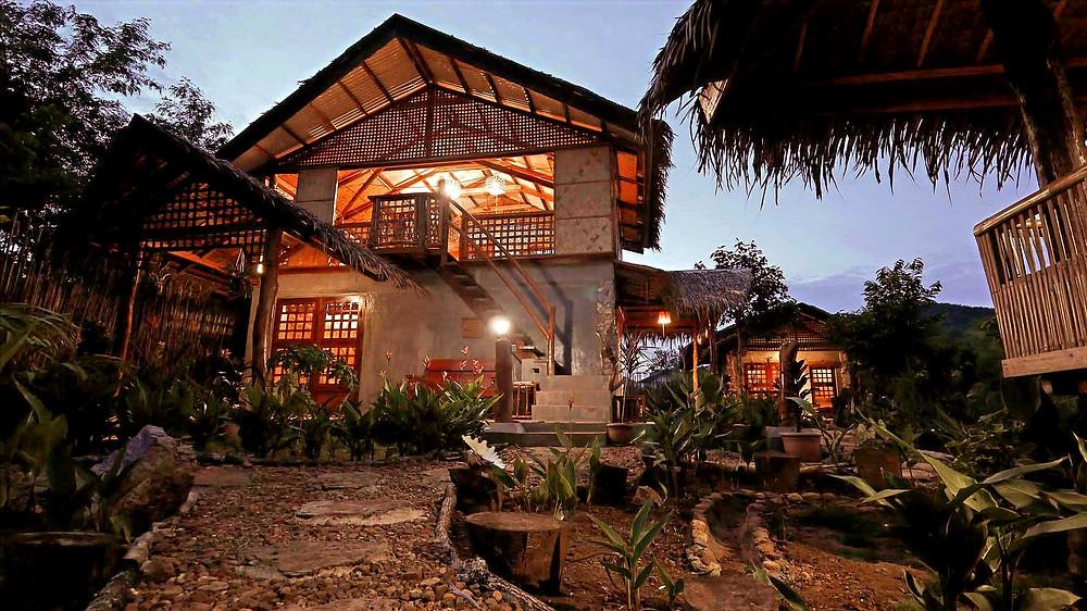 La nuit tombe sur le lodge Himulak à Coron Busuanga Palawan