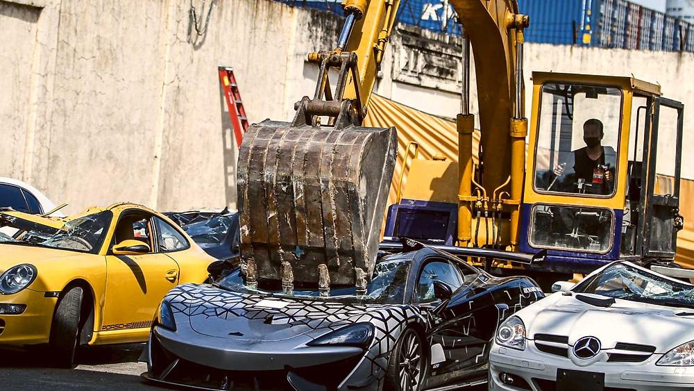 Philippines voiture de luxe détruite à la pelleteuse