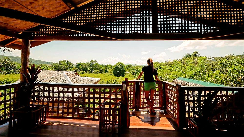 C'est le cas de cette terrasse qui offre une vue imprenable sur la baie de Malbato. Sise au premier étage du plus ancien bâtiment du lodge Himulak