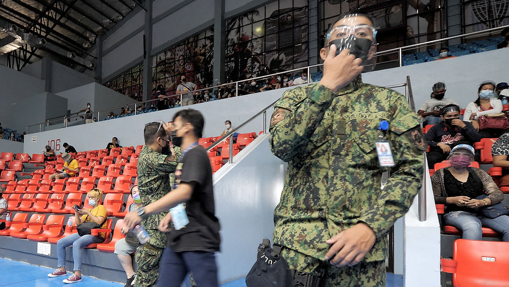 Jour de vaccination à Cebu City, les forces de l'ordre font respecter le port du masque
