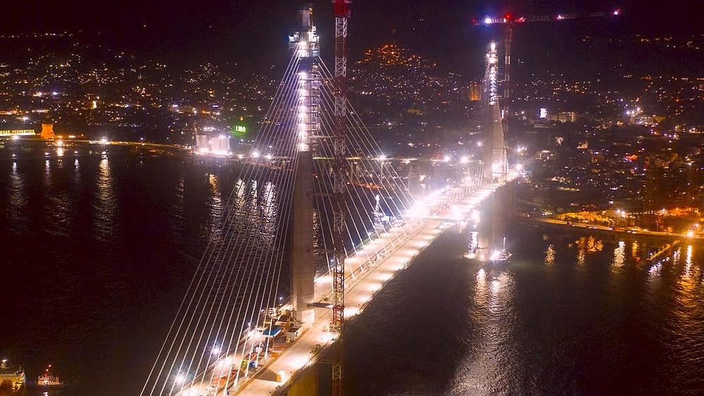 Cebu–Cordova Link Expressway, vue du plus long pont des Philippines pont la nuit