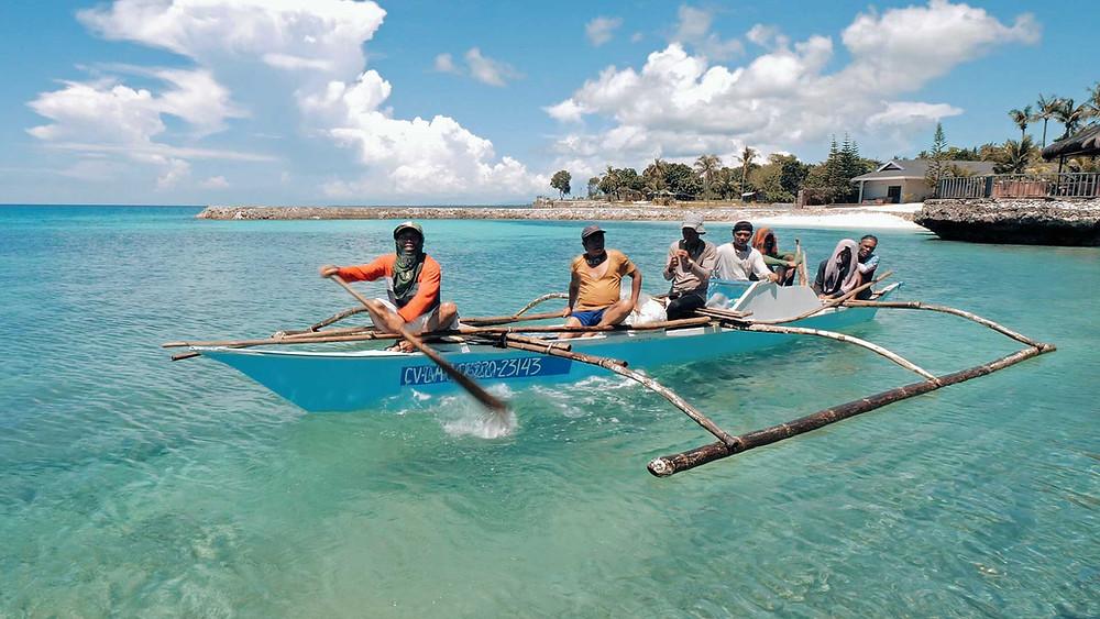 Laissez-vous tenter par un voyage en banca (bateau) original et insolite à Camotes