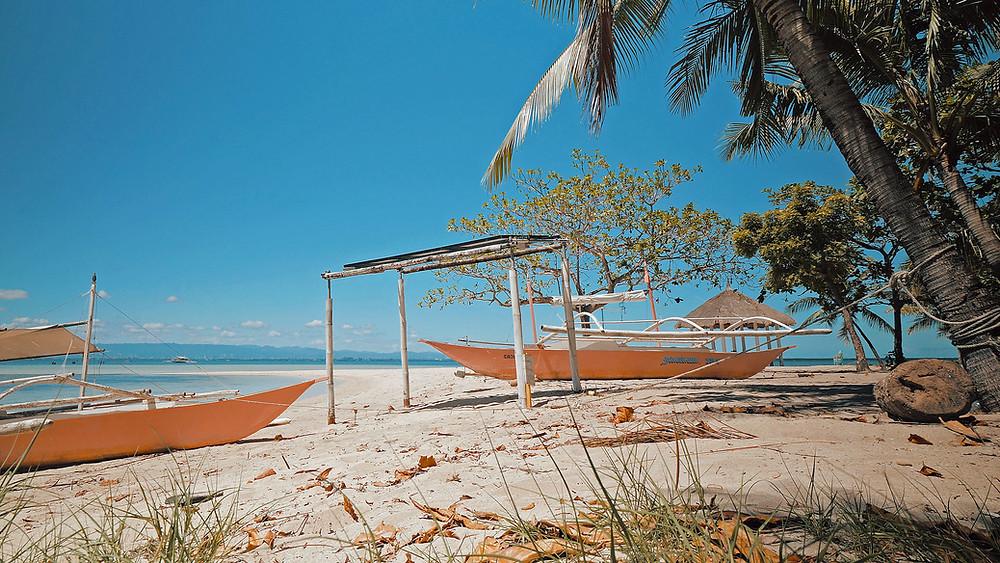 Coahangan Island. Très belle plage. Selon les marées il faudra marcher 100 m avant d'avoir suffisamment d'eau pour nager
