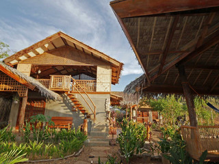 Des villas disséminées dans un jardin tropical