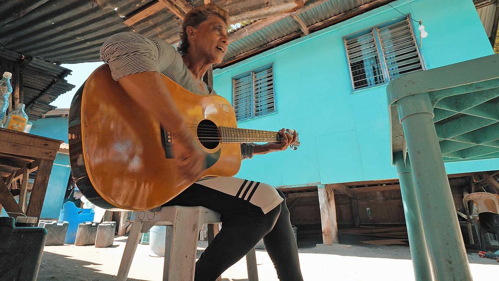 Coahangan Island. Un petit village tropical et des airs de guitare