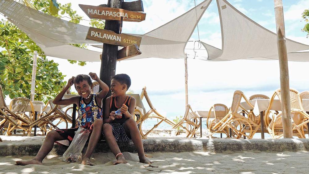 Enfants souriants sur la bounty beach à Malapascua