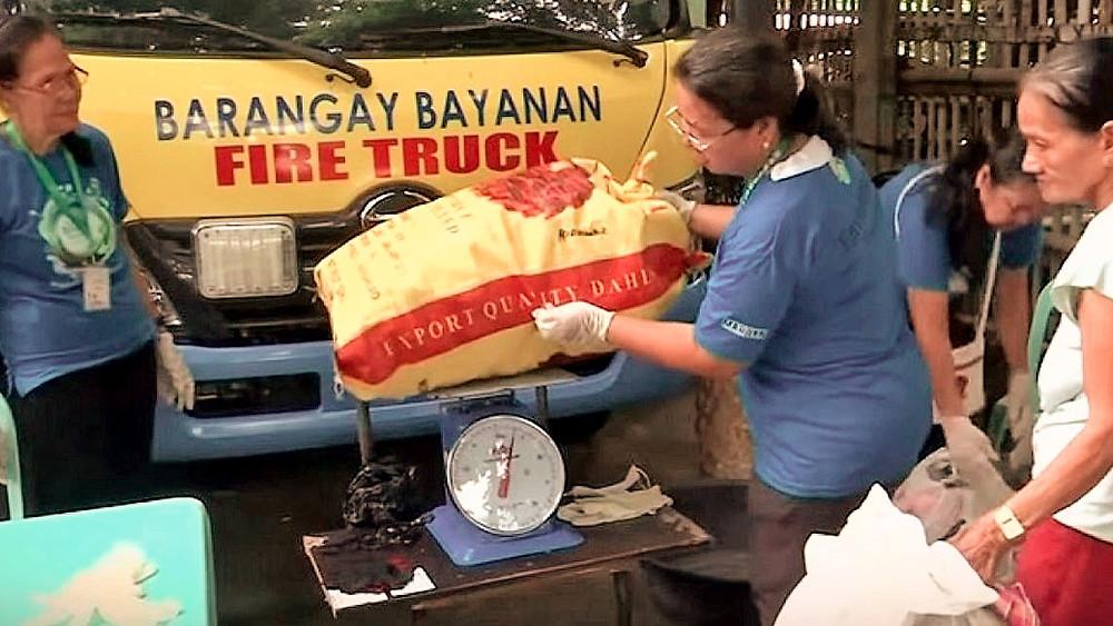 Barangay Bayanan Luzon, du riz en échange d'un récolte de déchet plastics
