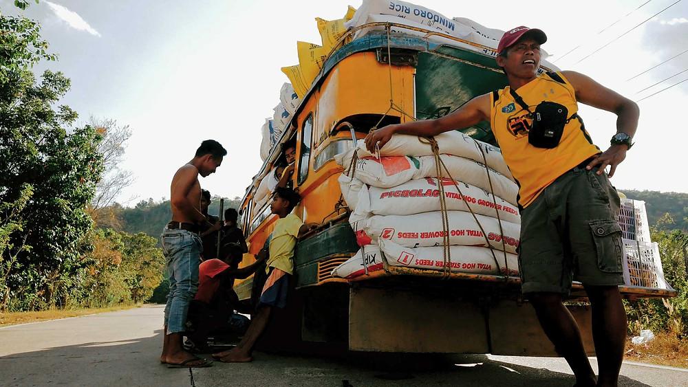 Ravitaillement alimentaire, riz, en jeepney, île de Busuanga, 2021