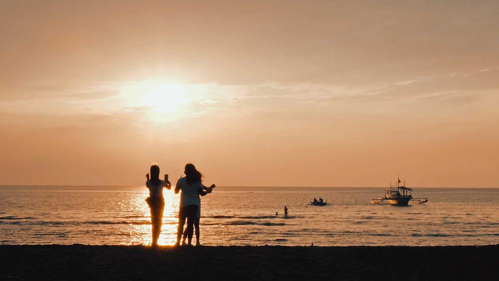 Dipolog Sunset Boulevard sur l'ile de Mindanao au coucher du soleil, avril 2021
