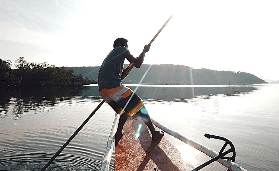 Joe sur une Bangka, baie de Malbato, J'habite à Palawan, je voyage aux Philippines