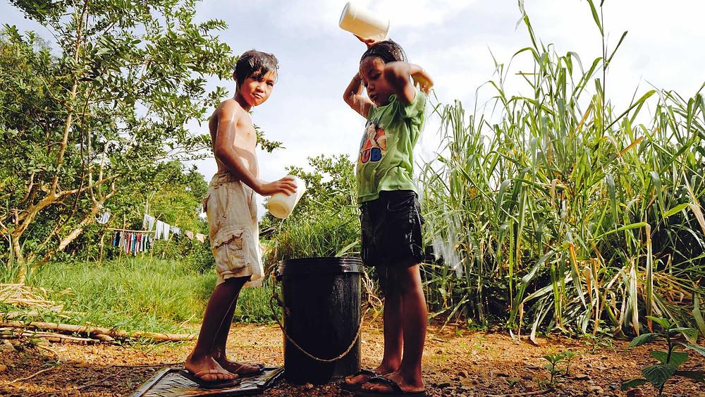 Enfants, douche quotidienne au puit sur l'île de Busuanga