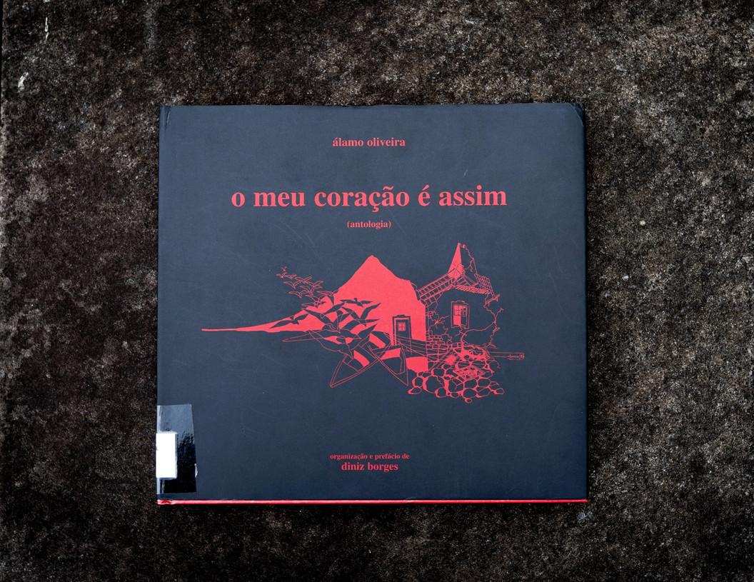 O meu coraçao é assim : (antologia) / Álamo Oliveira ; org. e pref. Diniz Borges. - Angra do Heroísmo : Câmara Municipal, D.L. 2003. - 136, [7] p. a 2 colns : il. ; 24 cm. - ISBN 972-9135-13-4