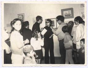 Exposição/relâmpago por ocasião da Primeira Semana de Cultura Popular no Raminho, 1970. No centro Álamo Oliveira, Ivone Chinita e Carlos A. Simas Bretão.   Col. particular Álamo Oliveira