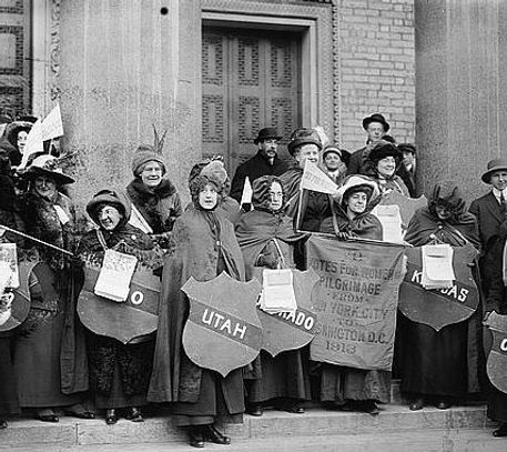 1913_Suffrage-hikers-collecting_LoC-e157