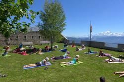 séance de yoga dans la cour du Fort