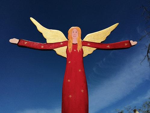 Großer handbemalter roter Schutzengel aus Holz auf Betonsockel