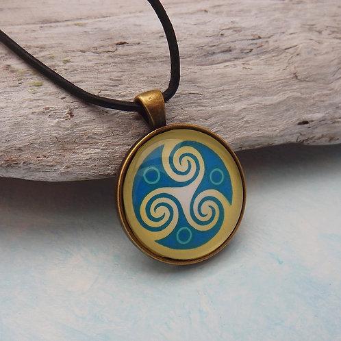 Keltisches Amulett, Triskel, Gelb u. Blau mit Lederband