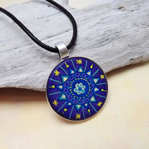 Handbemalter Holzanhänger mit Mandala in Blau, Lila