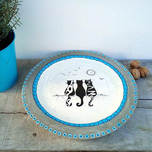 Originelle, flache Schale aus handbemaltem Beton mit Katzendekor