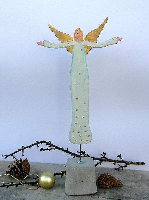 Schutzengel aus Holz mit weißem Kleid auf Betonsockel Weihnachtsdekoration Gesch