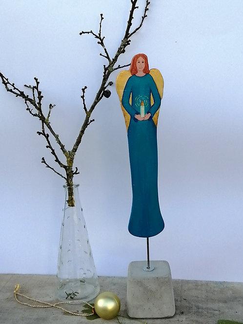 Weihnachtsdeko handbemalter,  blauer Engel aus Holz mit Kerze in den Händen auf