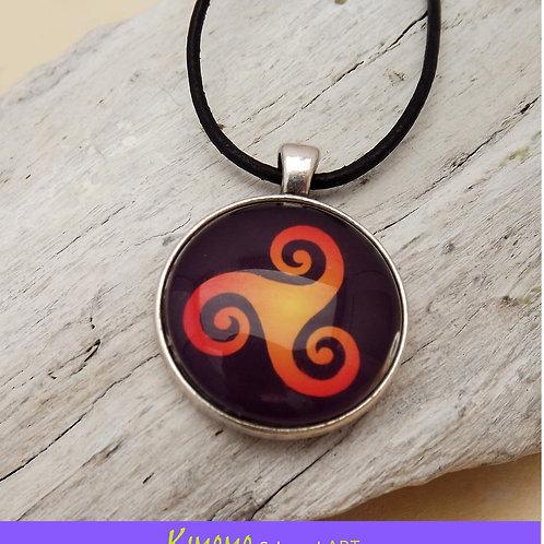 Halskette mit Triskel in leuchtendem Orange u. Schwarz