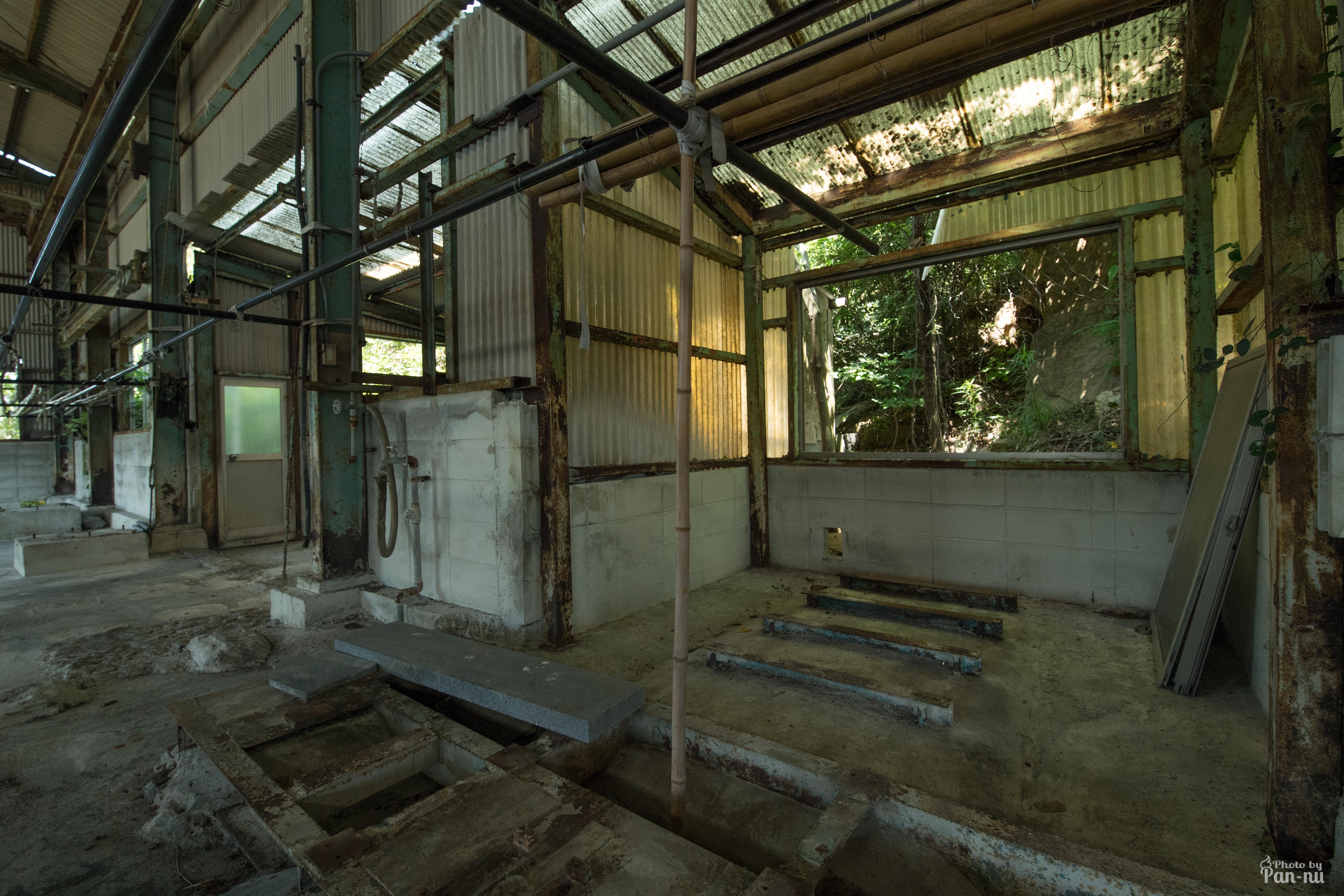 海沿いの倉庫1