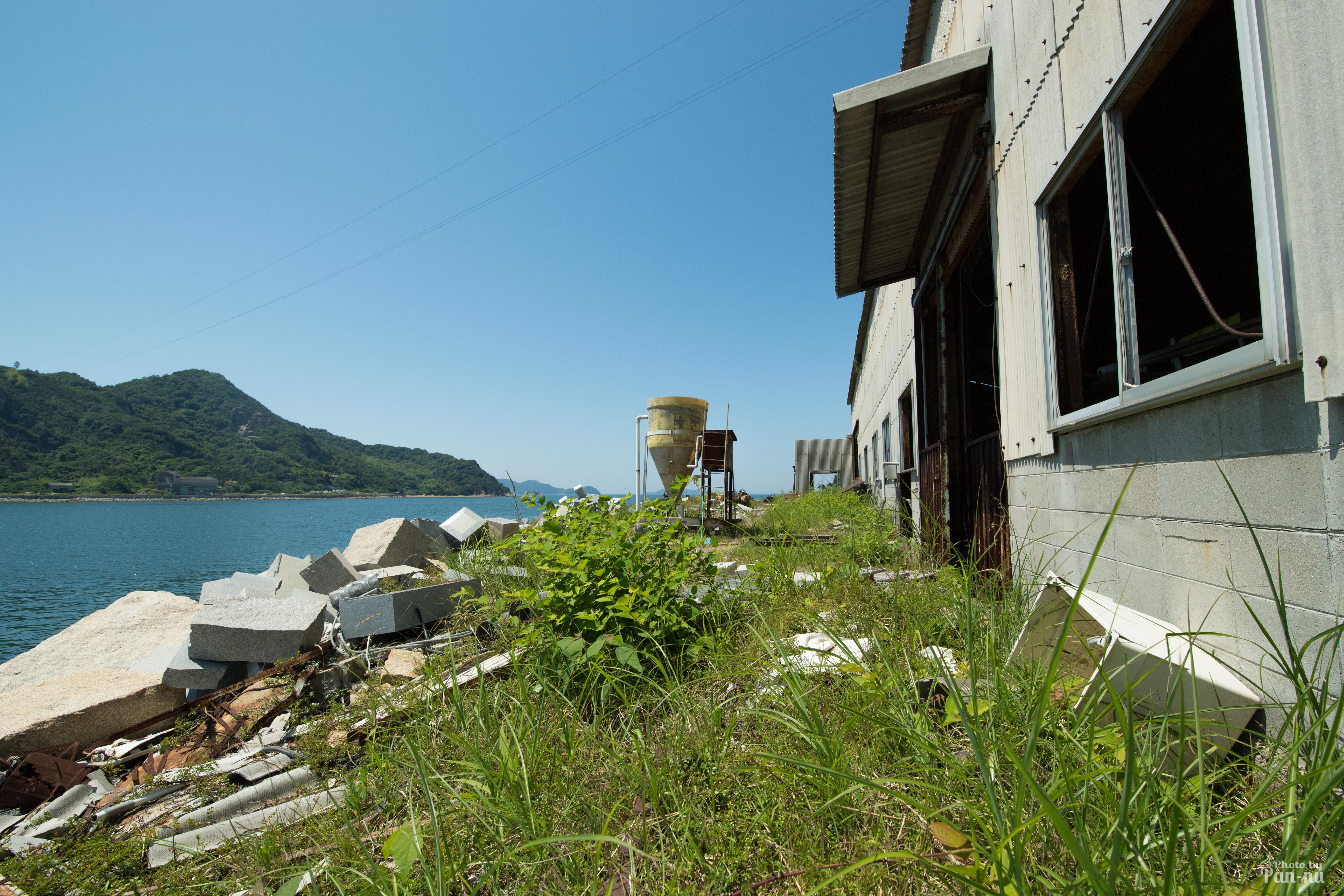 海沿いの倉庫2