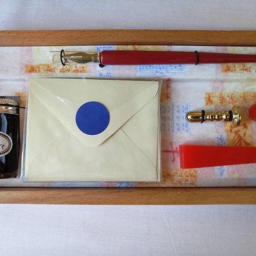 В деревянной коробке набор для писем.