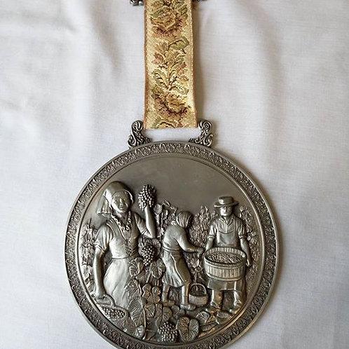 """Оловянная медаль барельеф на подвязке из гобелена """"Сбор винограда в Эльзасе """""""