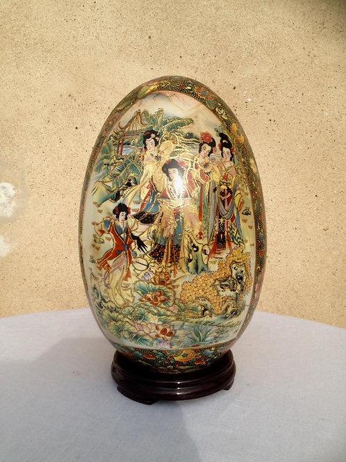 Большое фарфоровое яйцо на деревянной подставке, выполненное в технике мориаж