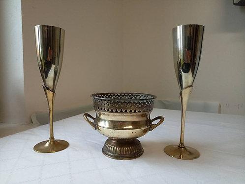 Два фужера для шампанского и ваза-кашпо