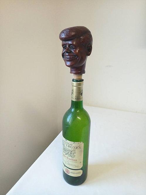 Оригинальная скульптура с пробкой для бутылки.