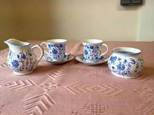 Две чайно-кофейные пары, сахарница и молочник