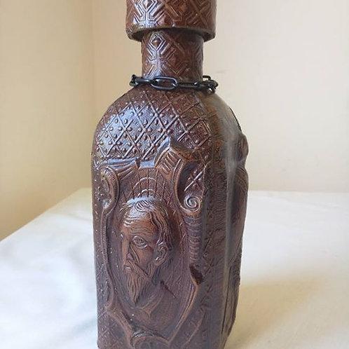 Бутылка для вина из коричневого стекла, в кожаном чехле с барельефом