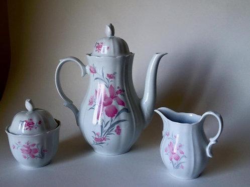 Фарфоровое трио: чайник, сахарница и молочник.