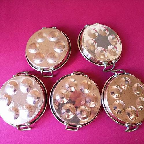 Пять медных сковородок для приготовления улиток