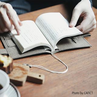 シックで大人な佇まい。 ※写真は本だけを収納したブックカバーとしての使用例